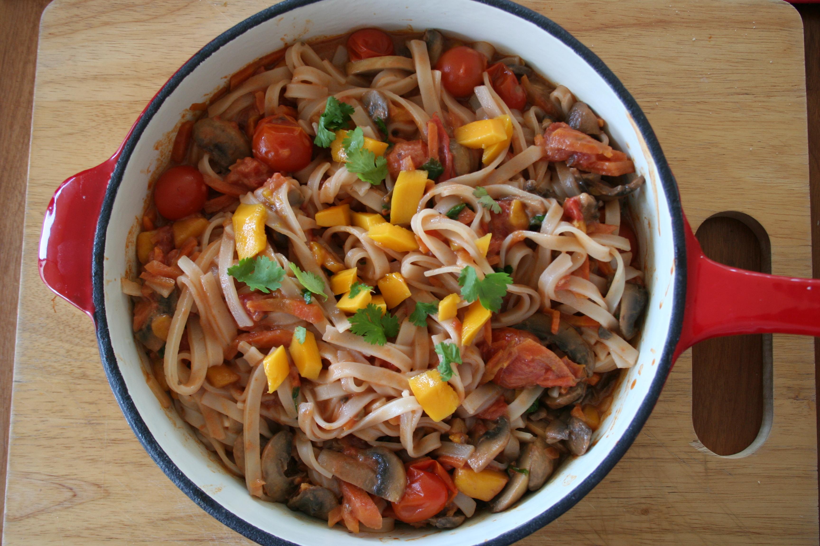 pasta de arroz con verduras salteadas y salsa de tomate y